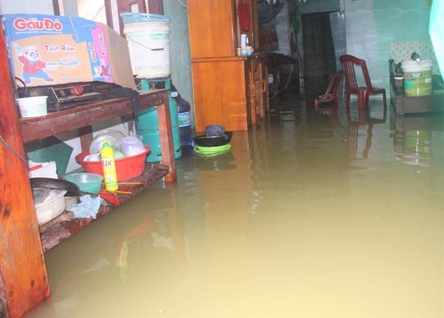 Nhiều ngôi nhà ở khối phố 3, phường Phước Hòa ngập nước sâu.