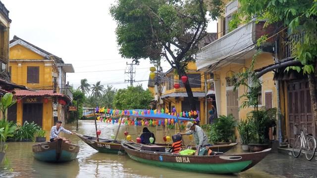 Do ngập sâu người dân trong thành phố phải dùng thuyền để đi lại.