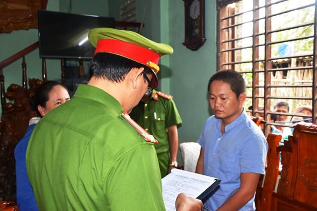 Lực lượng Công an đọc quyết định bắt Trần Văn Phúc (áo xanh).