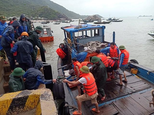 Lực lượng cứu hộ đưa thuyền viên trên tàu Hải Hà 28 vào bờ.