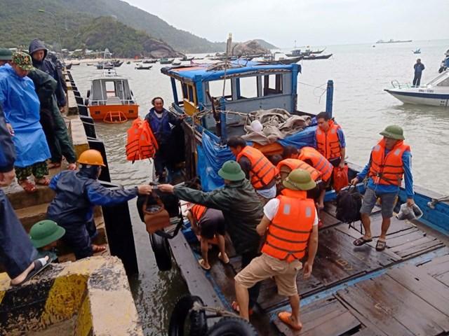Khẩn cấp cứu thuyền viên bị nạn trên biển.