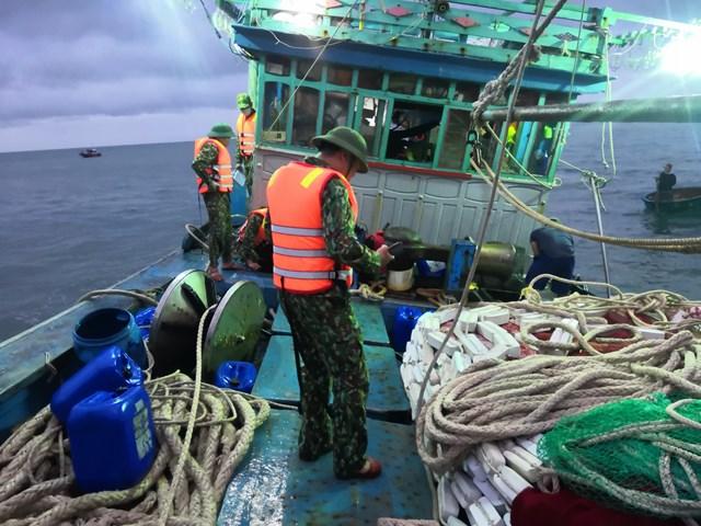 Lực lượng chức năng tham gia cứu hộ tàu tàu BĐ 94757 TS bị nạn trên biển.