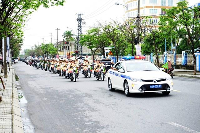 Công an tỉnh Quảng Nam diễu hành ra quân.