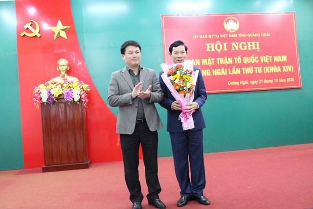 Ông Đặng Ngọc Huy tặng hoa chúc mừng ông Võ Thanh An, tân Chủ tịch Ủy ban MTTQ Việt tỉnh Quảng Ngãi.