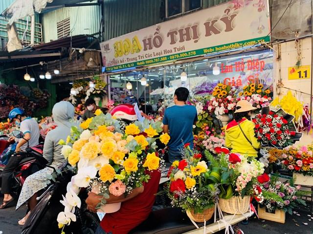 Đông nghịt người mua hoa tươi chúc mừng ngày 8-3 - Ảnh 5