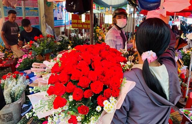 Đông nghịt người mua hoa tươi chúc mừng ngày 8-3 - Ảnh 1