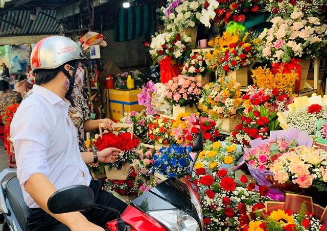 Đông nghịt người mua hoa tươi chúc mừng ngày 8-3 - Ảnh 4