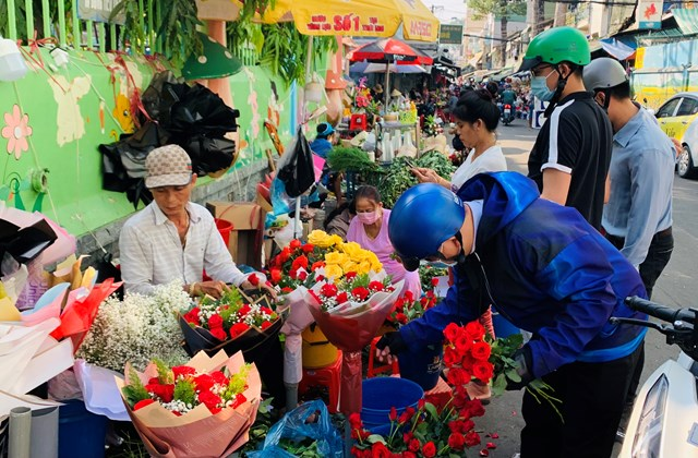 Đông nghịt người mua hoa tươi chúc mừng ngày 8-3 - Ảnh 3