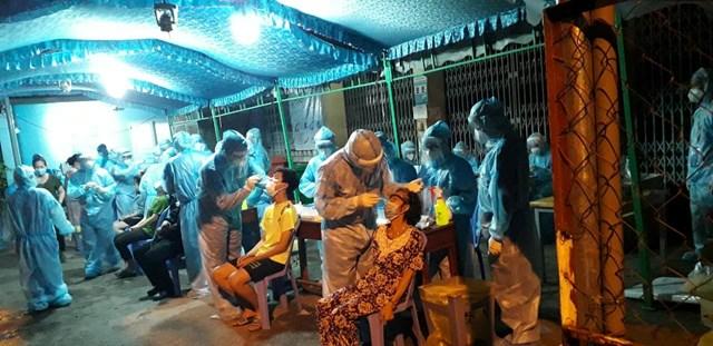 Thực hiện lấy mẫu tầm soát cho người dân huyện Hóc Môn ngay trong đêm 25/6.
