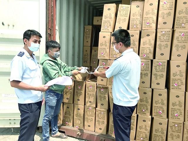 Hàng hóa tồn nhiều ở cảng ảnh hưởng đến sản xuất.