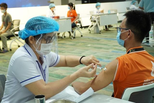 TP HCM tiêm vaccine cho công nhân để thực hiện tái sản xuất trở lại