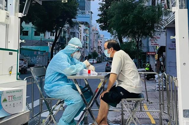 Các quận - huyện tiến hành tiêm vaccine mũi 2 người lớn tuổi.