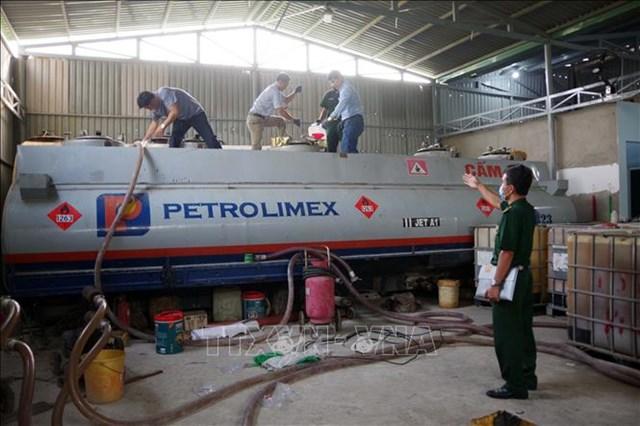 Lực lượng chức năng phát hiện, triệt phá đường dây làm xăng giả quy mô lớn tại Bà Rịa- Vũng Tàu. ẢNh: TTXVN