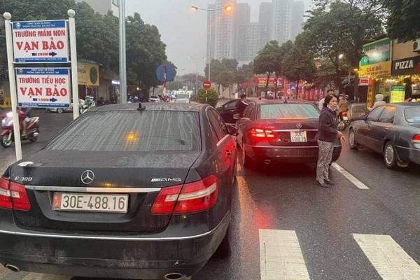 Hai chiếc xe sang có cùng biển số trên phố Hà Nội.