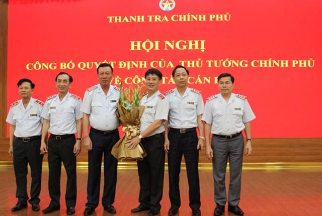 Lãnh đạo Thanh tra Chính, lãnh đạo các cục, vụ , đơn vị Thanh tra Chính phủ tặng hoa chúc mừng tân Phó Tổng Thanh tra Chính phủ. Ảnh: TTCP.