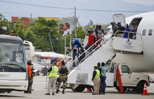 Các chuyến bay đưa người di cư Haiti trở lại quê hương. Ảnh AP