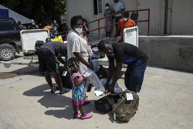 Người di cư Haiti đang được chính phủ Mỹ hỗ trợ đưa trở lại quê hương. Ảnh AP