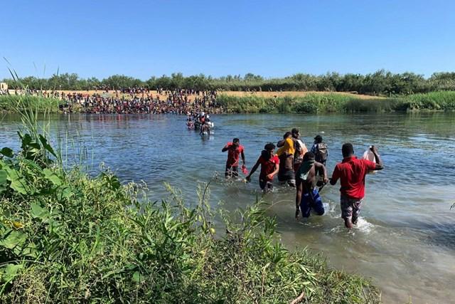 Người di cư Haiti mạo hiểm vượt sang biên giới Mexico để tìm kiếm nguồn thực phẩm. Ảnh AP