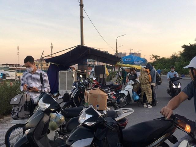 Các chốt kiểm soát ra vào TP Hà Nội vẫn hoạt động nghiêm ngặt - Ảnh 5