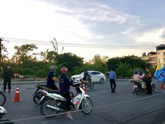 Các chốt kiểm soát ra vào TP Hà Nội vẫn hoạt động nghiêm ngặt - Ảnh 4