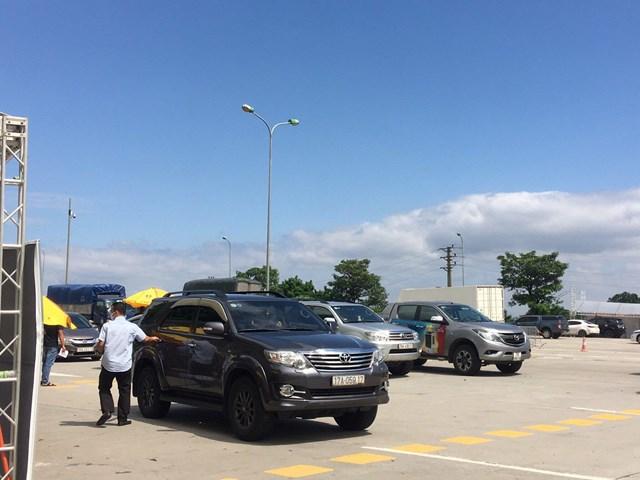 Tại chốt kiểm soát dịch Trạm thu phí cao tốc Pháp Vân-Cầu Giẽ km188 (huyện Thanh Trì) hướng đi từ TP ra ngoạithành, lực lượng chức năng cùng lực lượng y tế phối hợp kiểm tra