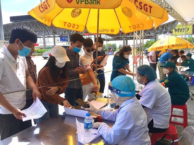 Lực lượng y tế kiểm tra nghiêm ngặt việc khai báo của người dân.