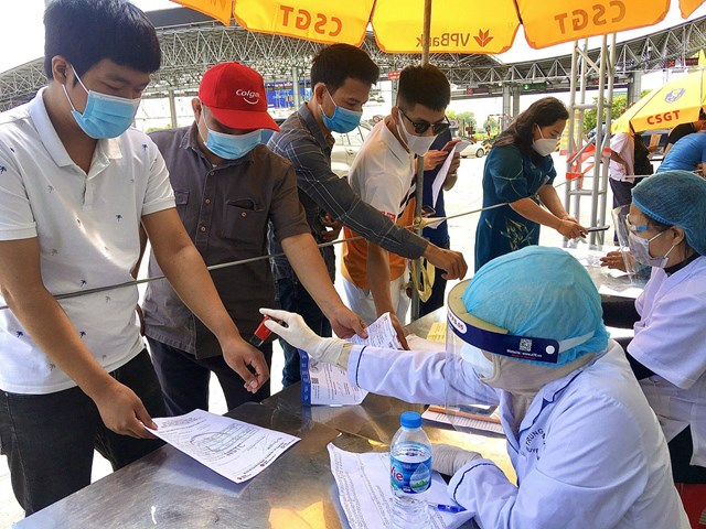 Các chốt kiểm soát ra vào TP Hà Nội vẫn hoạt động nghiêm ngặt - Ảnh 2