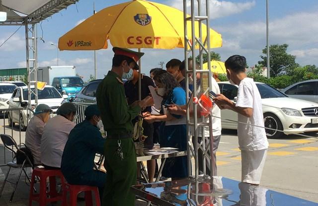 Các chốt kiểm soát ra vào TP Hà Nội vẫn hoạt động nghiêm ngặt - Ảnh 3