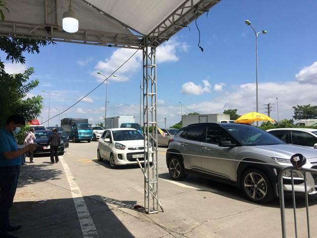 Hướng đi ngoại thành, phương tiện tham gia giao thông đông đúc như những ngày trước giãn cách.