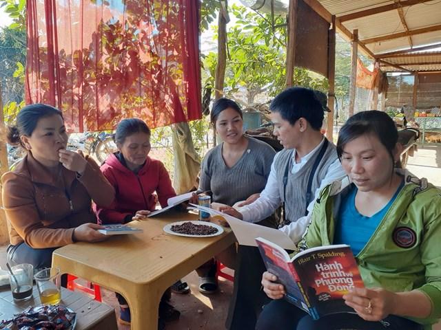 Người dân trong buôn làng cùng đến đọc sách.