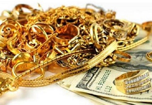 Trang rủ Lộc- bạn quen qua mạng xã hội về nhà mình cướp tiền vàng của bà để lấy tiền trả nợ. Ảnh minh họa