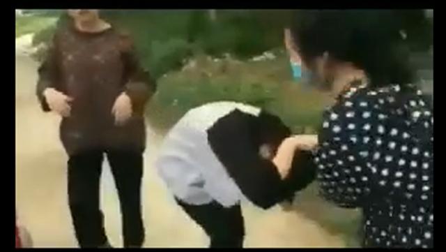 Nữ sinh dùng mũ bảo hiểm đánh bạn, bắt quỳ gối xin lỗi mới buông tha. Ảnh cắt từ clip