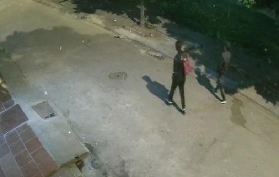 Camera an ninh ghi lại hình ảnh đối tượng Hoàng trước khi gây án.