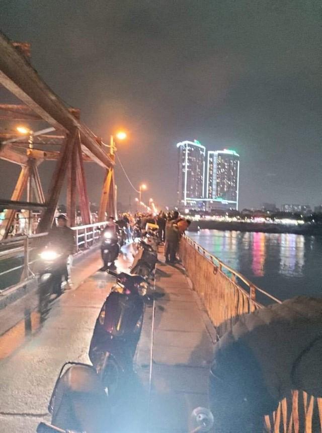 Rất nhiều người dân tập trung tại cầu Long Biên theo dõi vụ việc