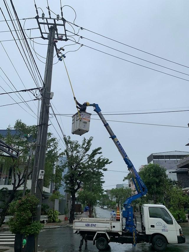 Ngành điện nỗ lực khắc phục các sự cố đường dây tại các tỉnh miền Trung.