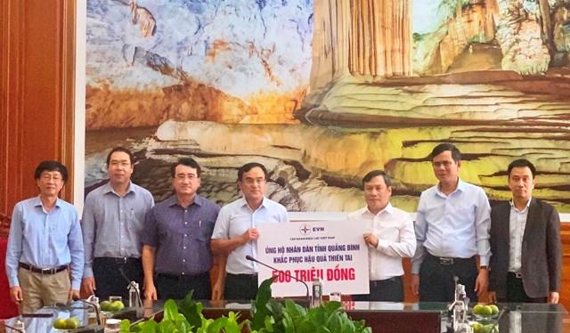 Bí thư Tỉnh ủy Quảng Bình tiếp nhận 500 triệu đồng của EVN ủng hộ nhân dân khắc phục hậu quả thiên tai.