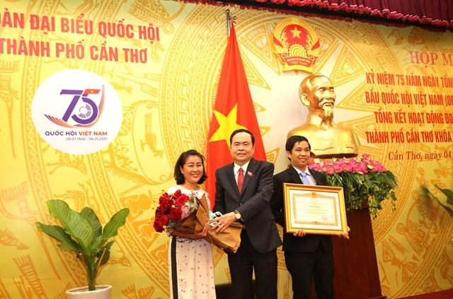 Chủ tịch Trần Thanh Mẫn tặng hoa cho đại diện Văn phòng Đoàn đại đại biểu Quốc hội TP Cần Thơ.