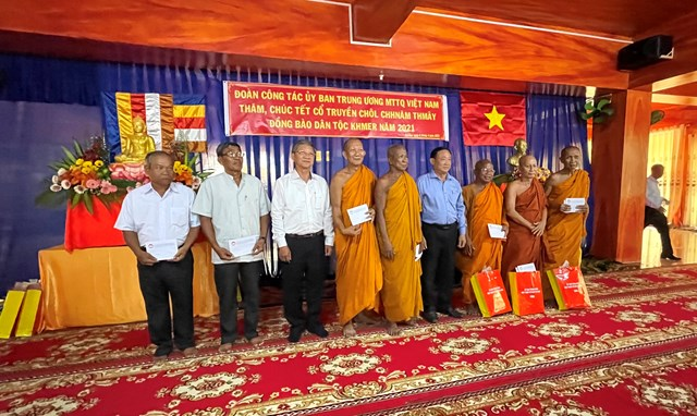 Chủ tịch UBMTTQ Việt Nam tỉnh An Giang Nguyễn Tiếc Hùng tặng quà Tết Chôl Chnăm Thmây các sư sãi, chư tăng.