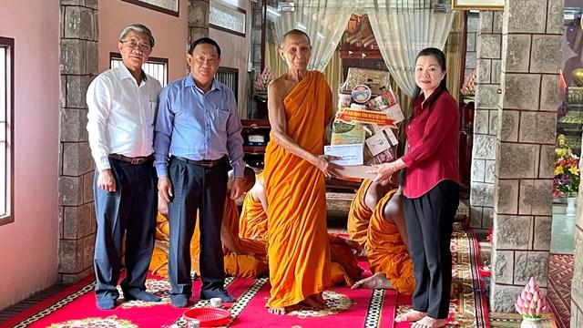 Phó Chủ tịch Trương Thị Ngọc Ánh tặng quà chùa Soài So, huyện Tri Tôn, An Giang.
