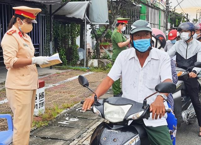 Kiểm soát chặt người dân ra đường không có lý do chính đáng.