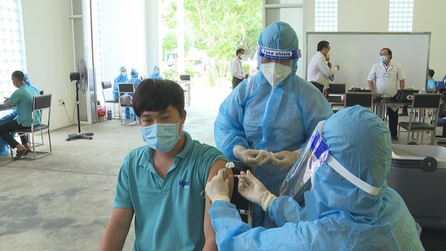 Khẩn trương tiêm vaccine cho công nhân.