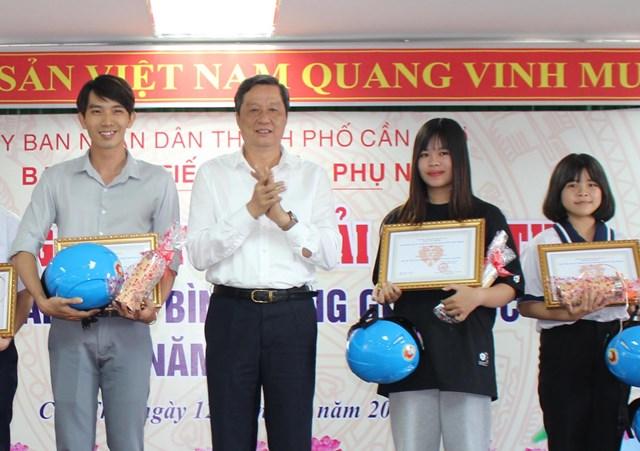 Ông Phạm Văn Hiểu, Phó Bí thư Thành uỷ trao giải cho các cá nhân, tập thể đạt giải cao