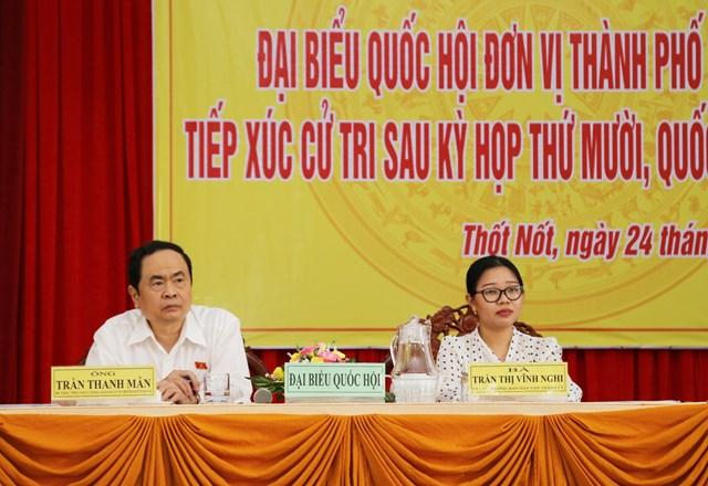 Chủ tịch Trần Thanh Mẫn và đại biểu Trần Thị Vĩnh Nghi lắng nghe ý kiến của cử tri.