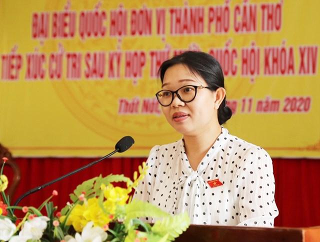 Đại biểu Trần Thị Vĩnh Nghithông báo với cử tri về kết quả kỳ họp.