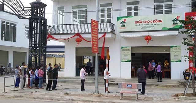 """Ngay từ sáng sớm, người dân huyện Thọ Xuân đã xếp hàng trật tự, chờ đến phiên mình được vào mua hàng tại """"Quầy hàng 0 đồng""""."""
