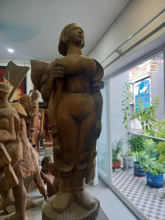 """Tượng """"Thiếu nữ xung phong"""" của Lê Duy Ứng."""