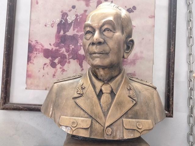 Tượng Đại tướng Võ Nguyên Giáp do Lê Duy Ứng điêu khắc.