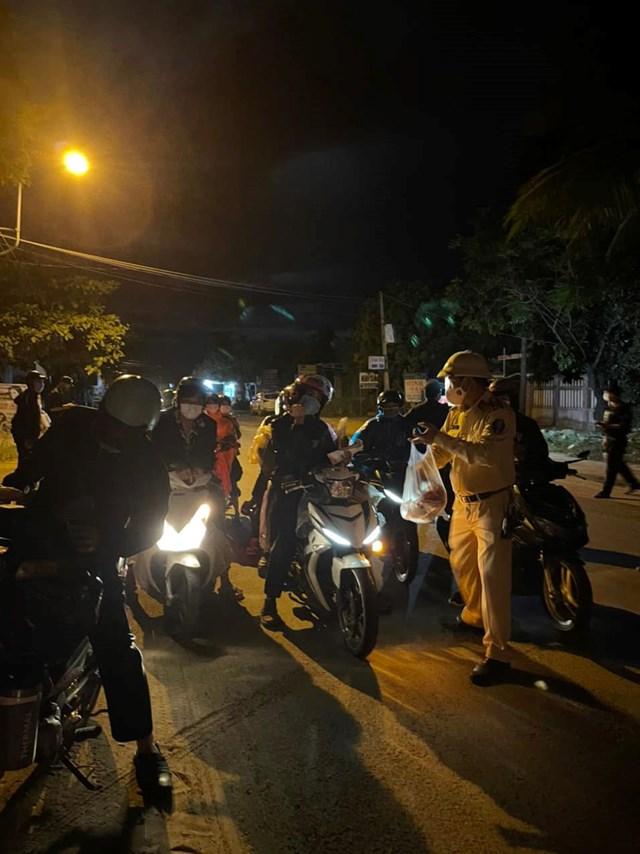 CSGT Đà Nẵng phân phát lương thực, nước uống cho 137 người về quê tránh dịch. Ảnh: CSGT Đà Nẵng.