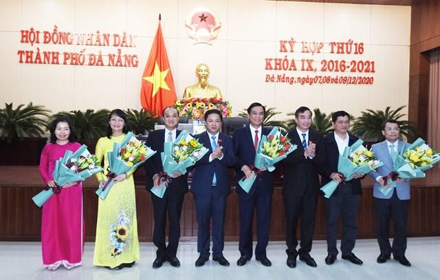 Ông Lê Quang Nam (thứ 3 từ trái sang), được HĐND TP Đà Nẵng bầu làm Phó Chủ tịch UBND TP (nhiệm kỳ 2016 - 2021). Ảnh Thanh Tùng