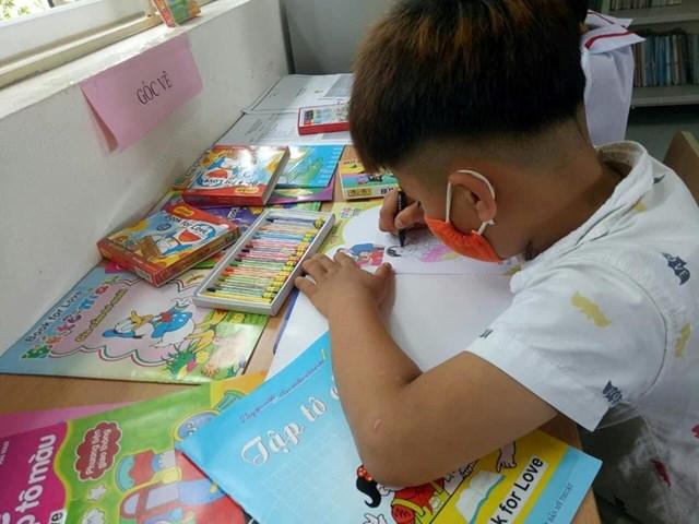 Những em nhỏ thích thú với trang sách trong dự án của Kiều Trang. Ảnh: NVCC